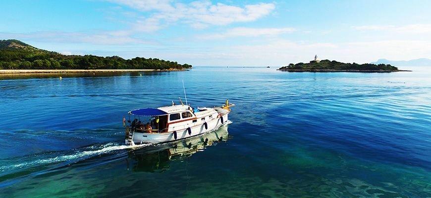llaut boat trip in the north of mallorca